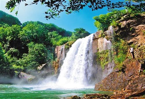经济日报青山沟国家重点风景名胜区位于宽甸县青山沟镇,这里风景秀丽