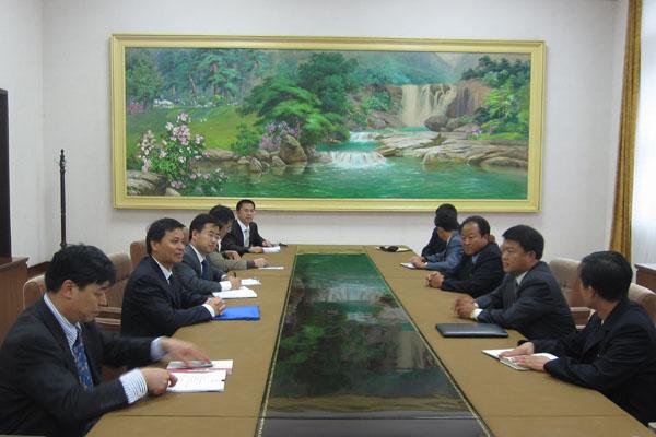 检组长陈述贤与朝鲜国土和环境保护部副部长兼林业管理局局长金炯