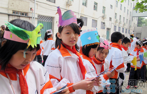 郑州小学生举办爱鸟头饰大比拼