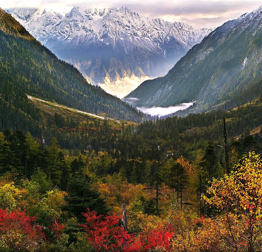行政上隶属迪庆藏族自治州德钦县,北面与西藏芒康县接壤,东面隔金沙江