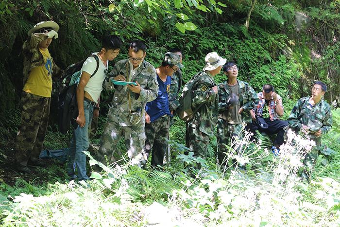 在森林资源清查工作中,护林员正在现地学习调查工具的使用以及相关
