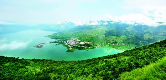 青山绿水环绕的六枝特区牂牁镇.