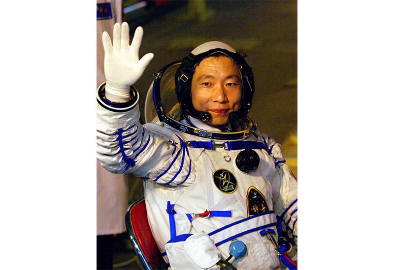 2003年10月15日,执行中国首次载人航天飞行任务的航天员杨利伟出发登